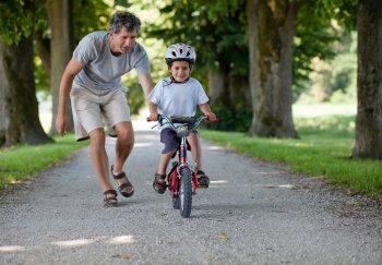 Как научить ребенка ездить на велосипеде?